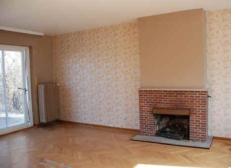 Wohnzimmer Mit Offenem Kamin Und Zugang Zur Terrasse